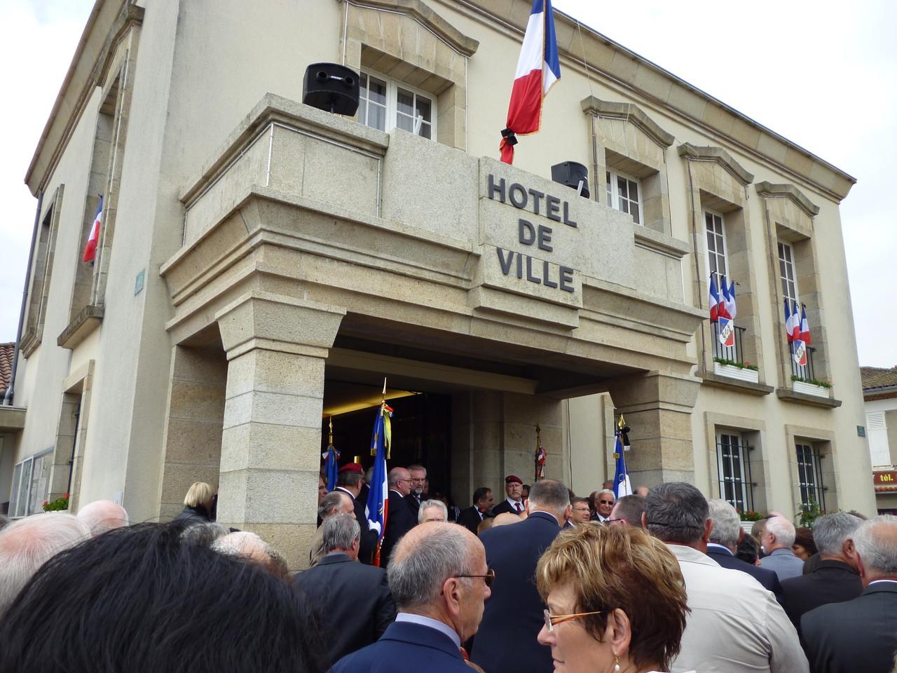 Discorsi dei Ministri, tra cui M. Kader ARIF Ministre délégué auprès du ministre de la Défense, chargé des Anciens Combattants, e alte autorità francesi