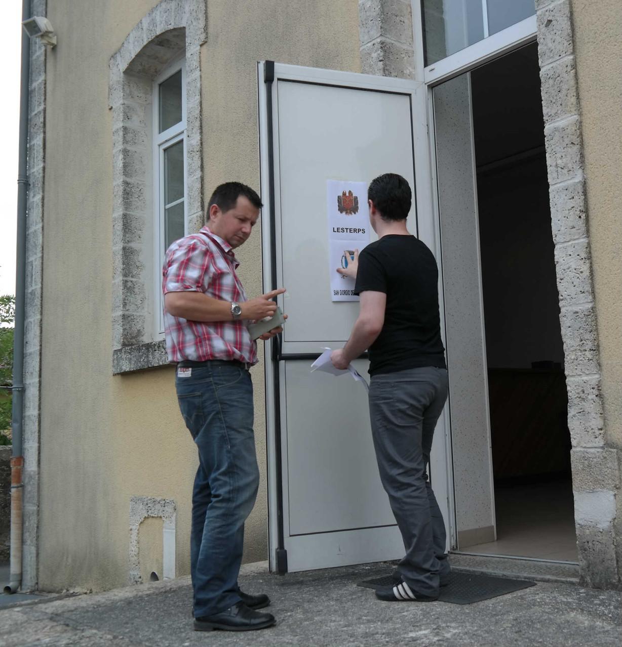 Tutta LESTERPS (Francia) era tappezzata dagli stendardi dei tre Comuni per la bellissima presentazione del Documentario.