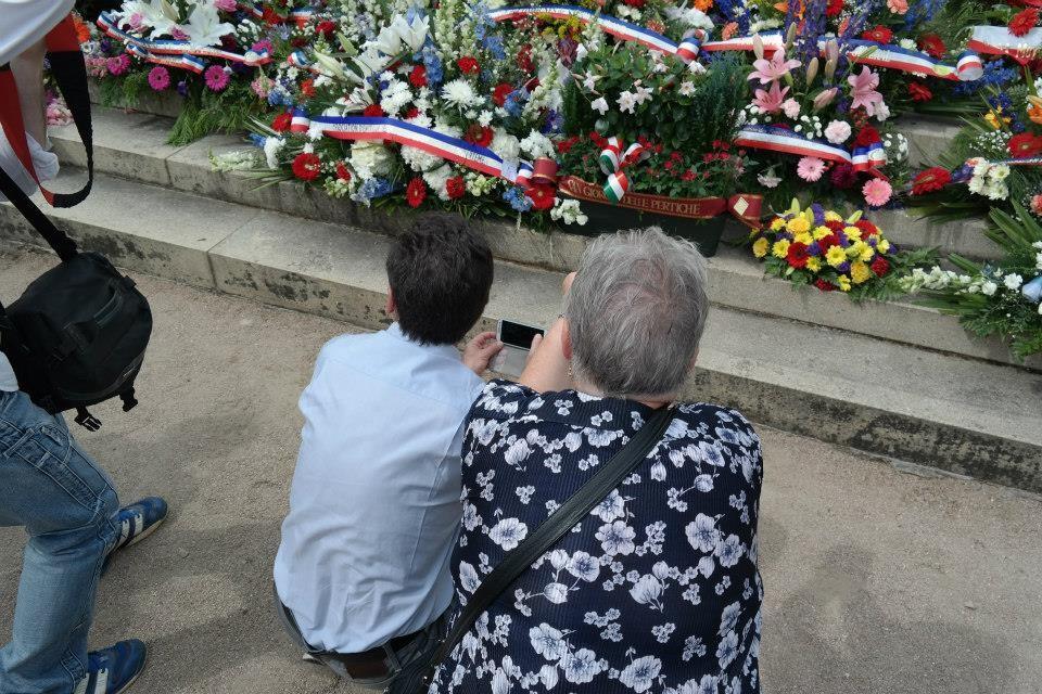 Turisti che fotografavano i fiori italiani