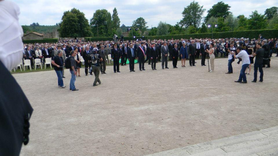 Schieramento delle Autorità per l'accoglienza degli omaggi floreali da parte di Associazioni e rappresentanze da tutto il mondo