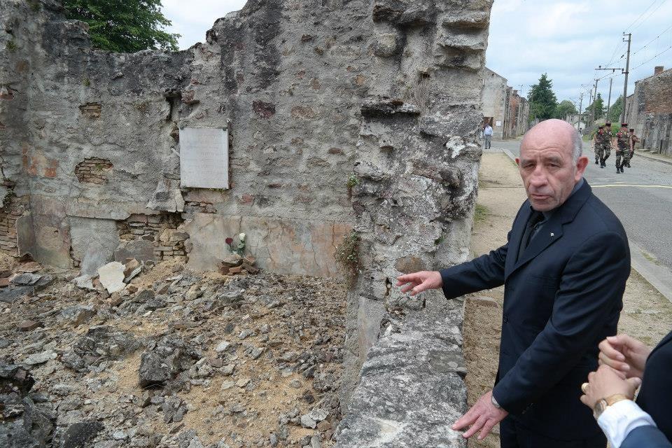 Augustin Saliceti, rappresentante della Corsica, ci mostra la casa dell'Italiana Clea Lusina