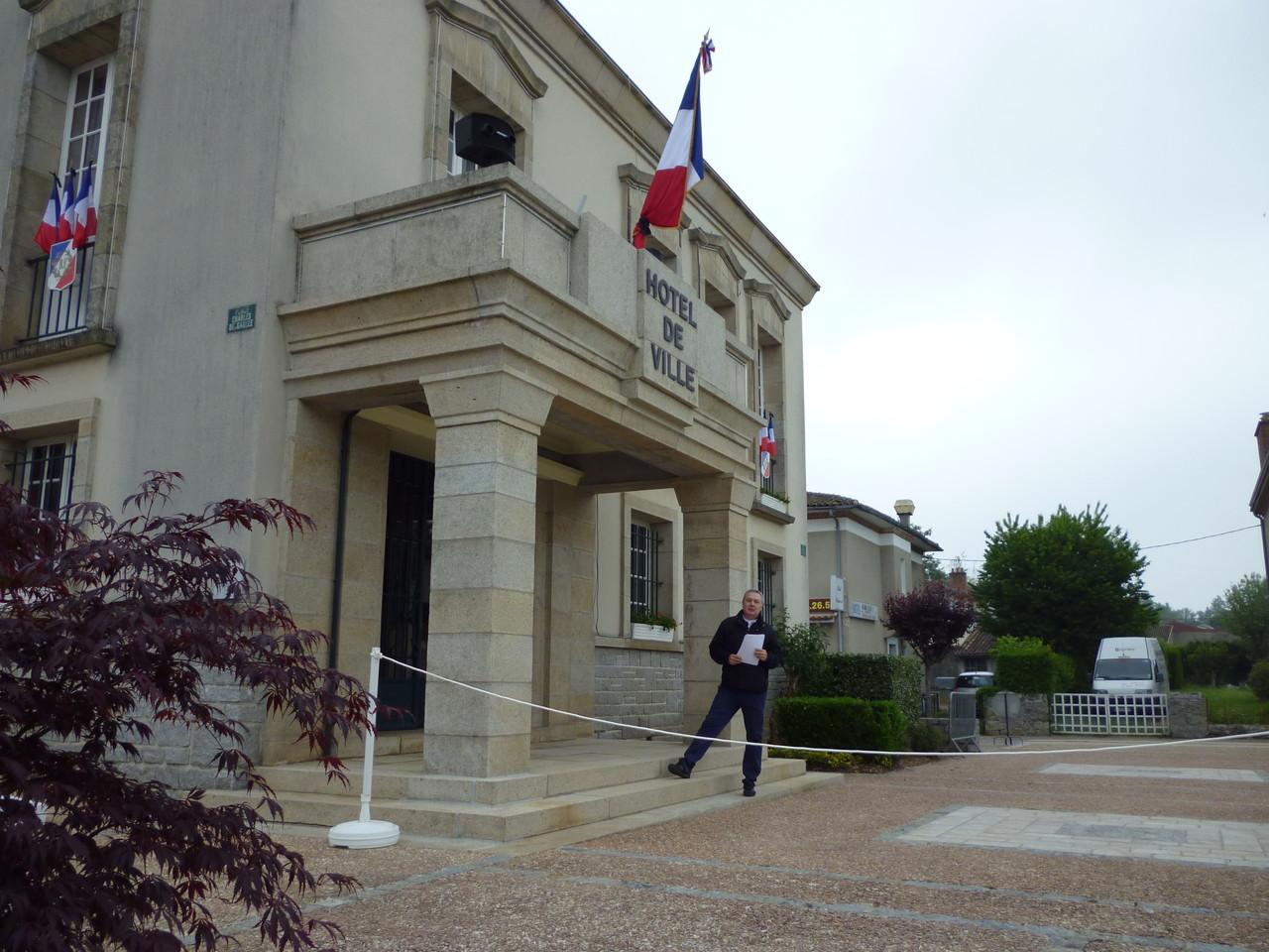 Il regista Mauro Vittorio Quattrina presso il municipio di Oradour-Sur-Glane atteso dal Sindaco