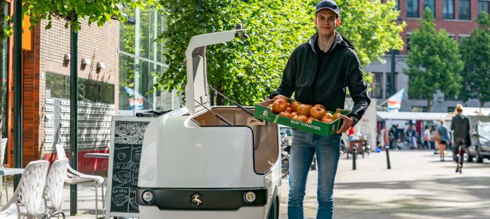 Ein fährt mit dem Lasten e-Bike Lebensmittel aus