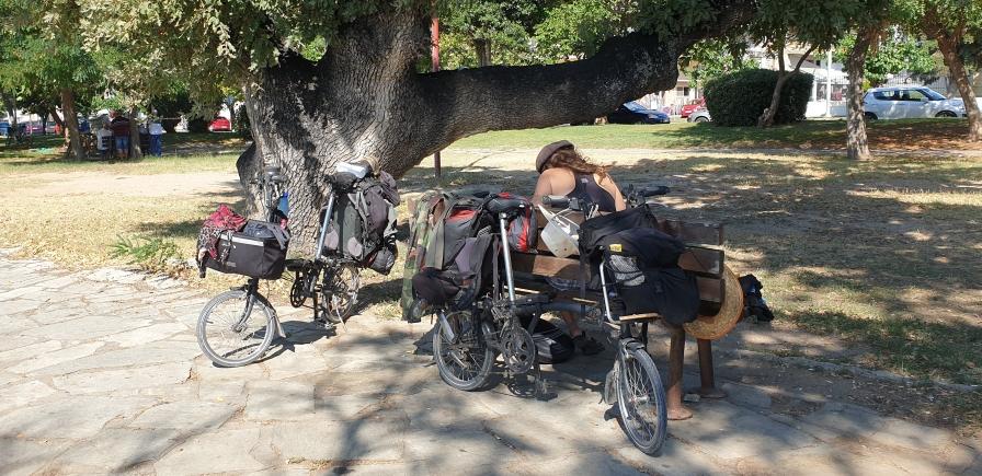 Noch in Griechenland: Kollegen am Weg. Alles was Räder hat fährt ...