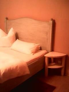 Bett mit Nachttischchen, Fichte
