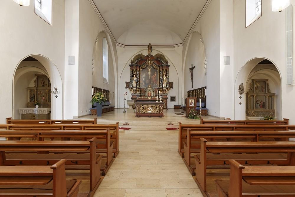 Der Altarraum aus dem Blickfeld der Kirchenbesucher