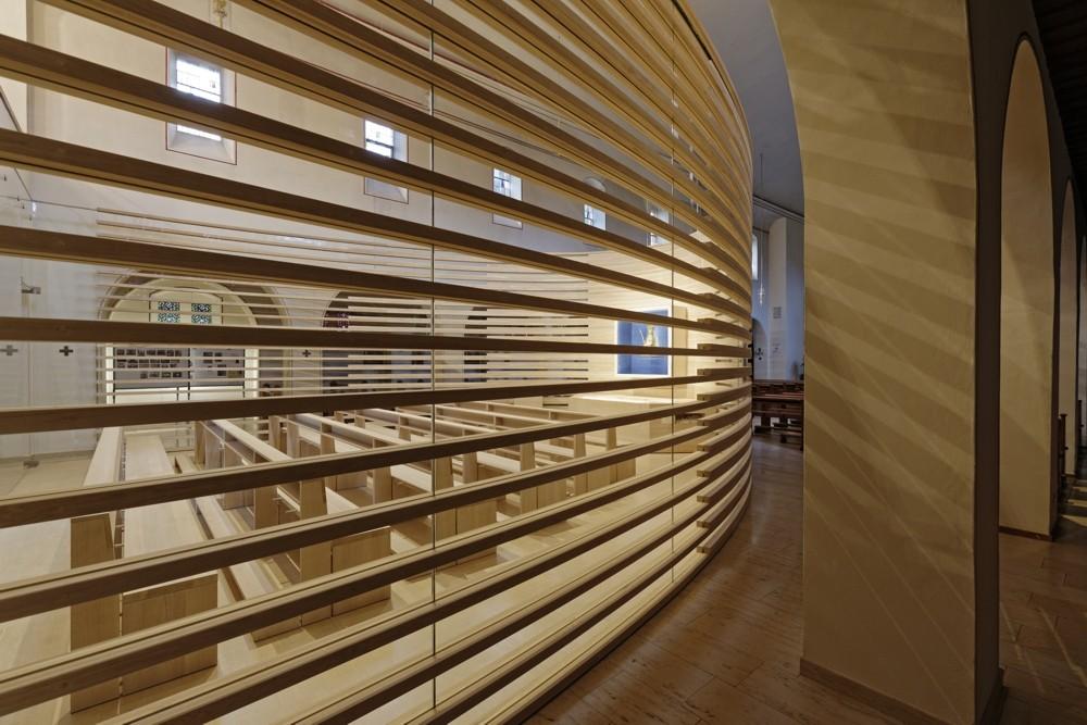 Moderne Lamellen- und Glaskonstuktion der Marienkapelle