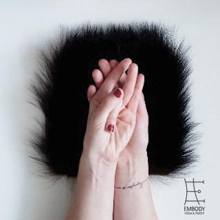 Shunya Mudra: Öffnet für unendliche Möglichkeiten im äußeren Raum.