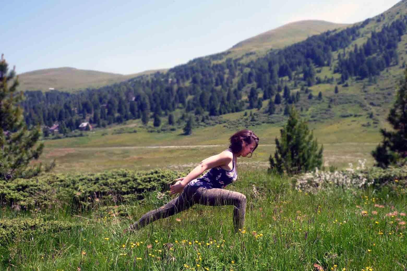 EINATEM: Arme eng am Körper nach hinten, Brustbein vor. Füße, Beine & Becken kraftvoll.