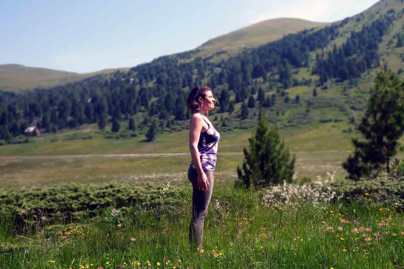AUSATEM: Berg. Erde Füße und Becken. Öffne Brustkorb und Blick.