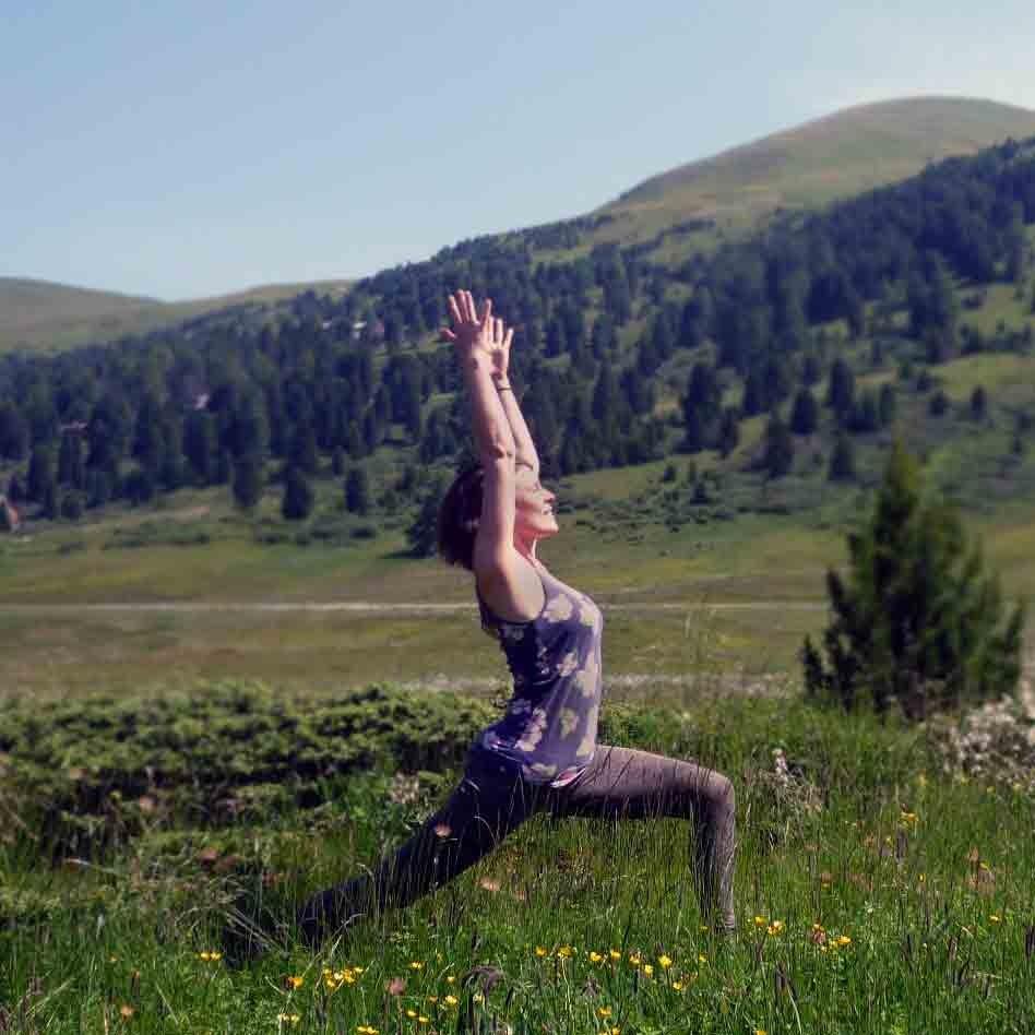 Ab ins Grüne! ~ Sonnengruß ohne Matte - Embody Yoga & Tarot