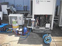① 現状使用している冷媒ガスを抜きます。