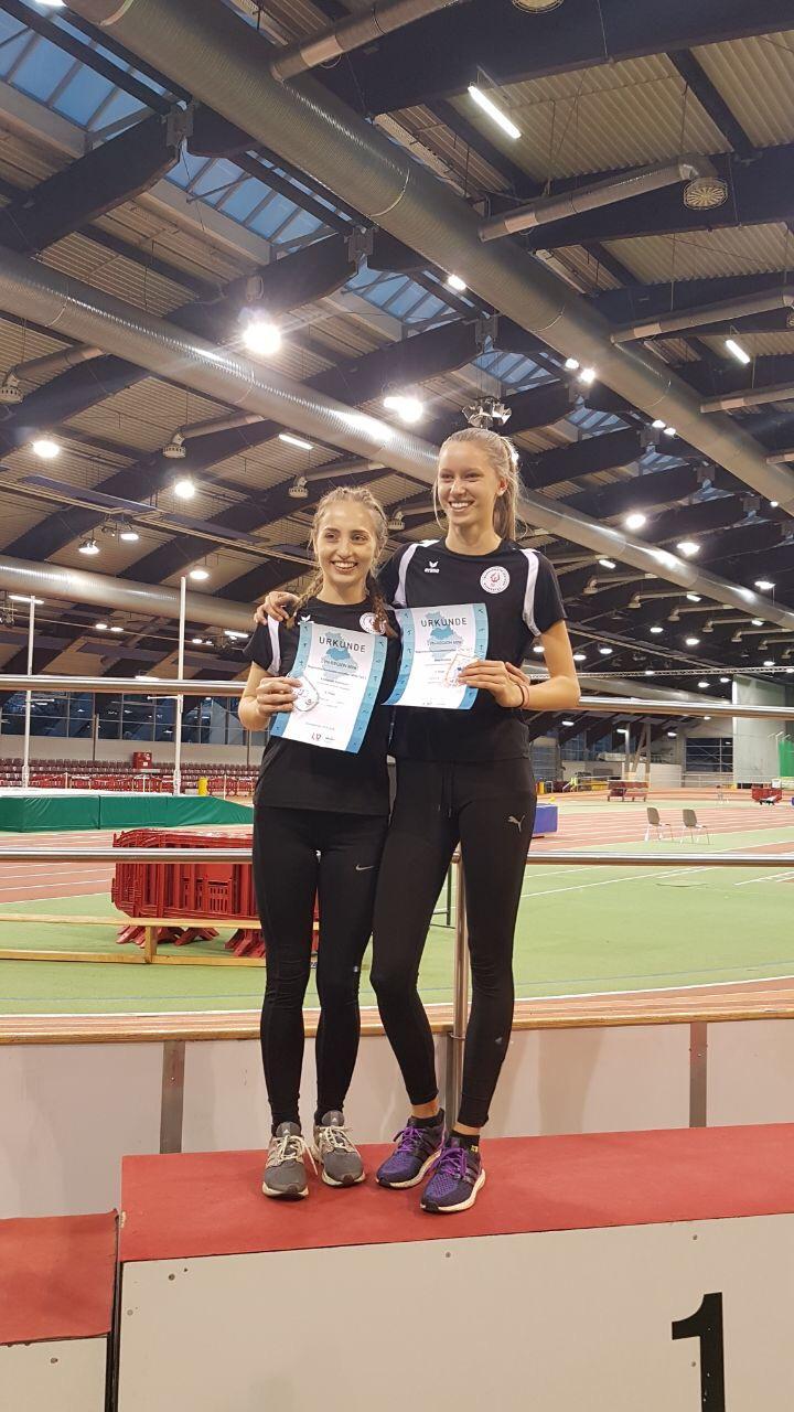 Siegerehrung Dreisprung WJU20: 1. Jana Rokitta (rechts), 2. Katharina Kezmann (links)