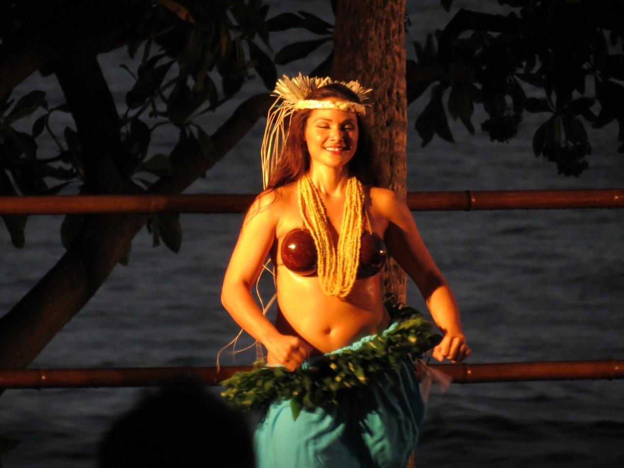 Hawaii - Strandparty mit Tänzerinnen