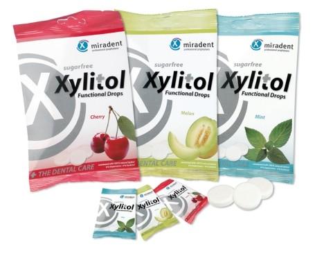 Xylitol Lutschtabletten fördern den Speichelfluss, wirken remineralisierend, belagshemmend und kariespräventiv