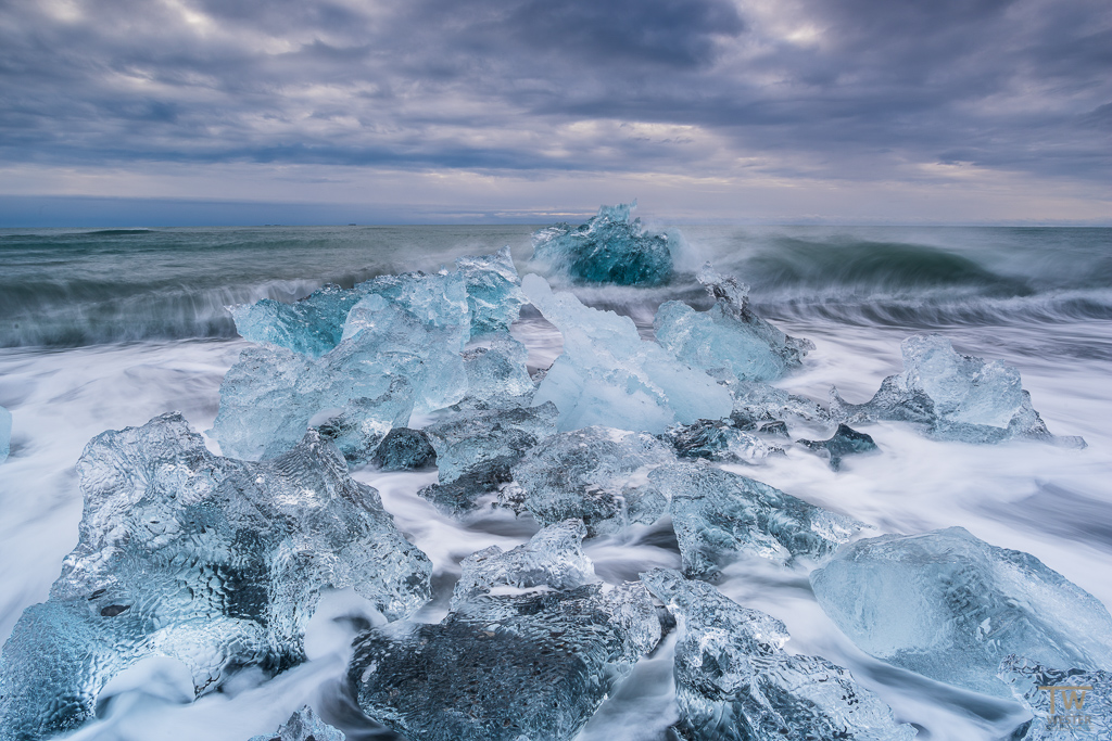 Am Strand von Jökulsarlon sucht man normalerweise immer nach einzelnen transparenten Eisbrocken, da diese besonders fotogen sind. An dieser Stelle waren die Welle so hoch, dass alle Brocken diese Klarheit besaßen (B1008)