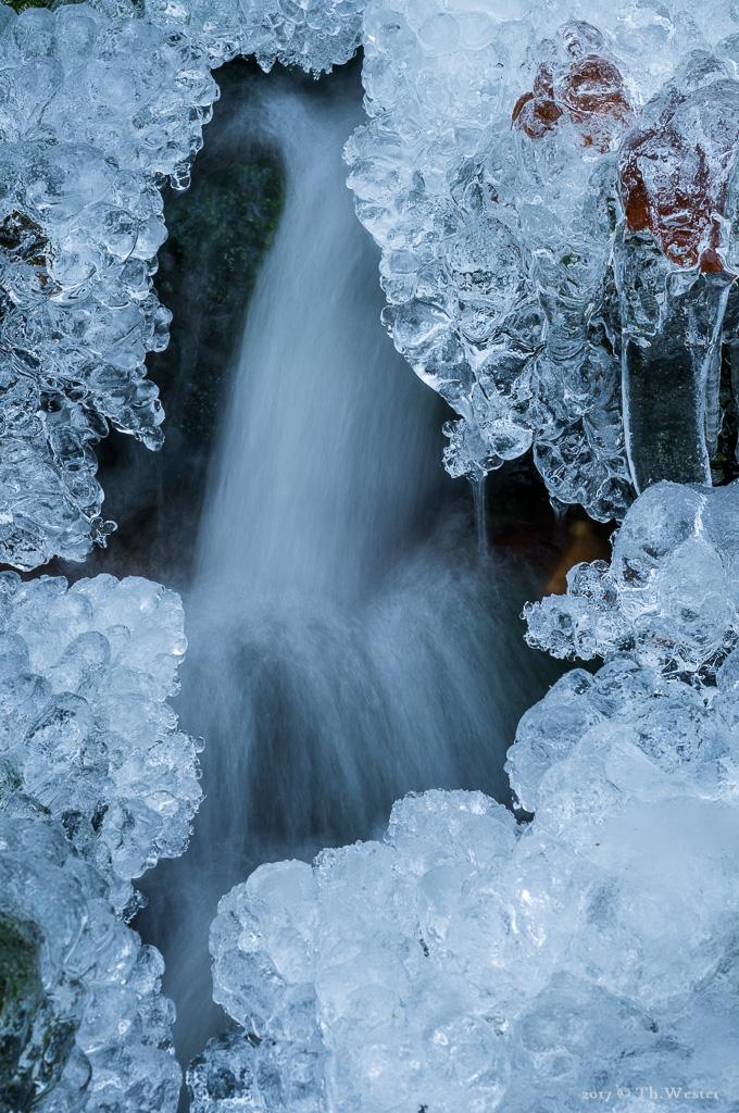 Die kleinen Kaskaden waren beinahe zugefroren (B903)