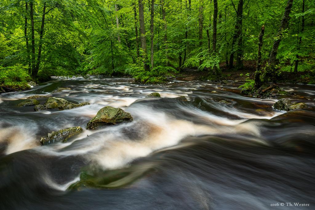 An einem flachen Abschnitt des Flusses (B601)