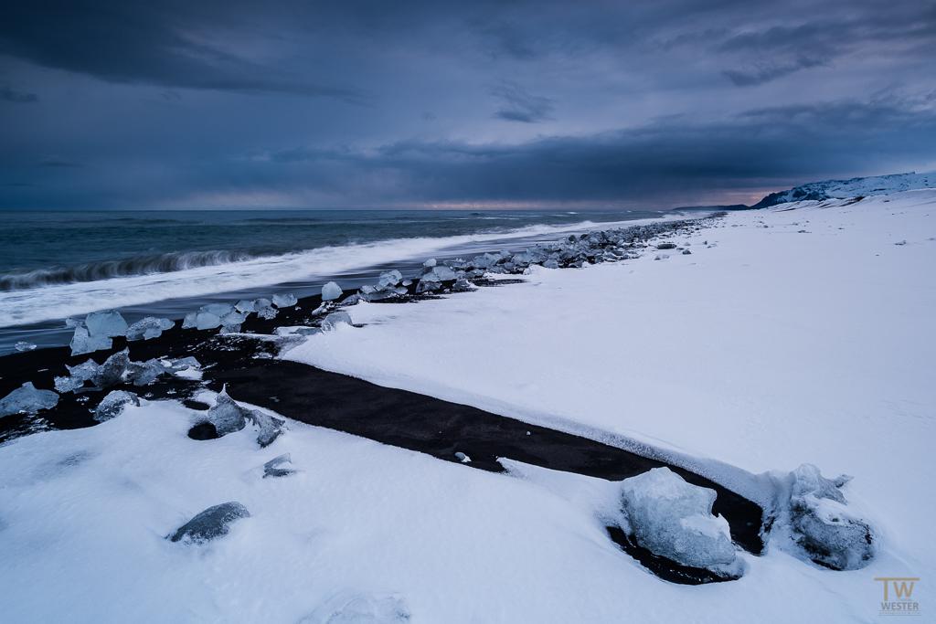 """Das Landschaftsbild war unheimlich abwechslungsreich, was man gleich auf den ersten fünf Bildern sehen wird – so etwa sah der Strand von """"Jökulsarlon"""" bei Neuschnee aus (B937)"""