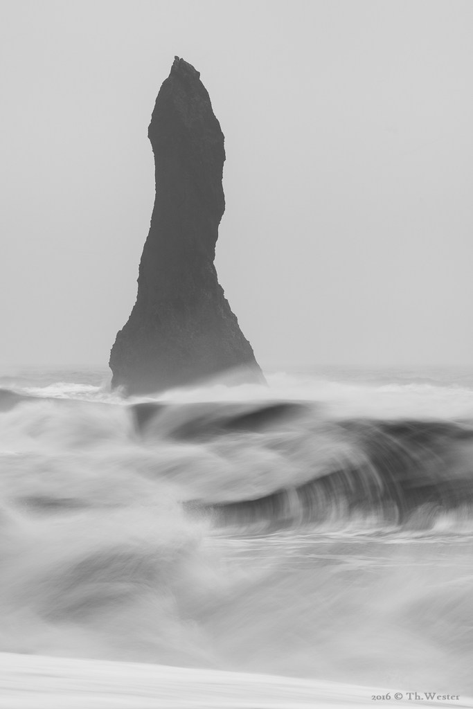 """Eine der Felsnadeln: """"Reynisdrangar"""" (B827)"""