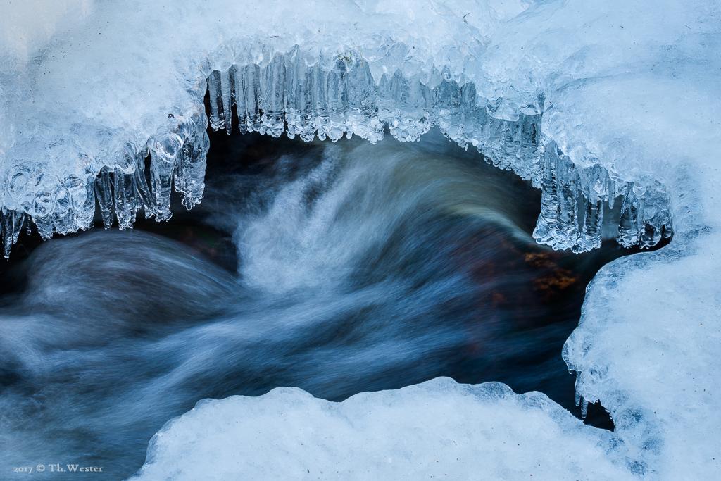 """Diese Detailaufnahme zeigt die Strukturen der """"schwebenden"""" Eis-Oberfläche (B892)"""