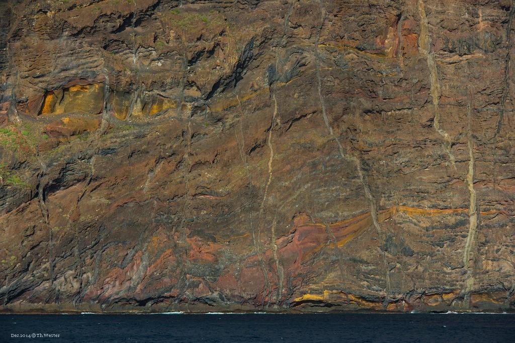 """Im Südwestern, bei """"Los Gigantes"""", sieht man sehr gut, wie vielschichtig das Vulkangestein auf Teneriffa ist (B218)"""