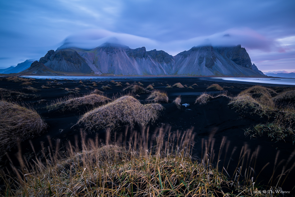 """Am nächsten Morgen zeigte sich vor Sonnenaufgang der """"Klifatindur"""" in Wolken gehüllt (B708)"""