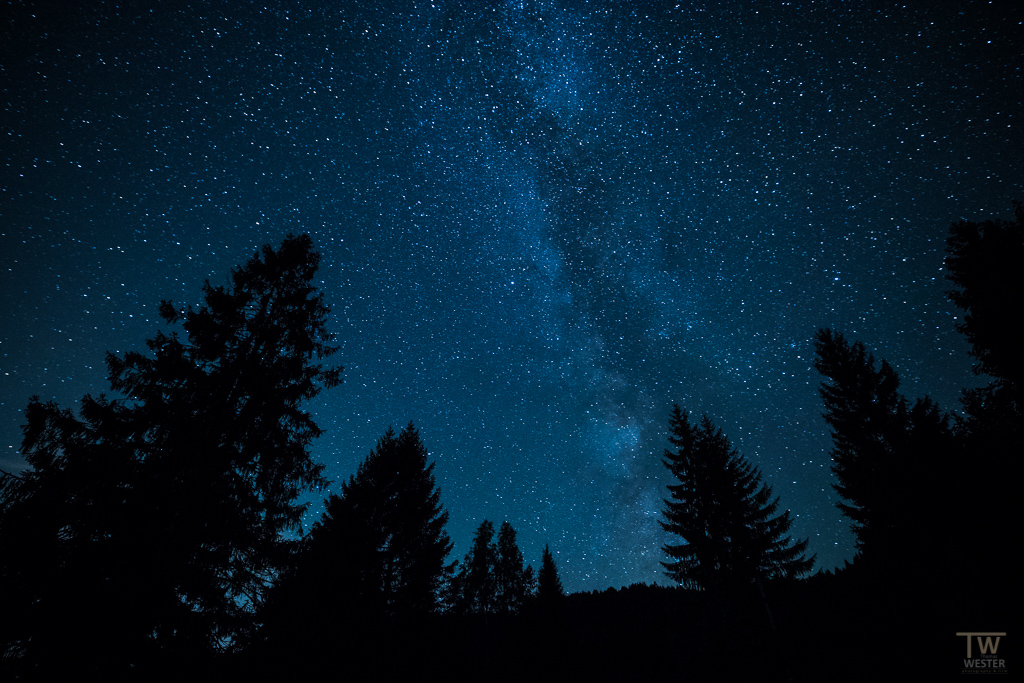 Nachts: freier Blick auf die Milchstraße (B1109)