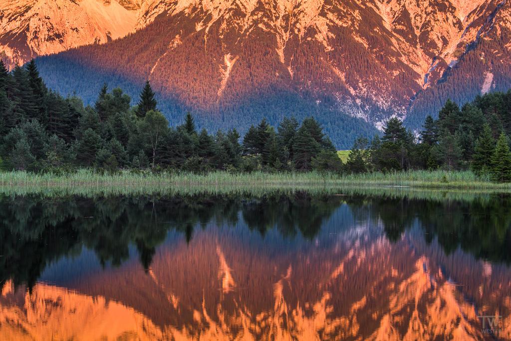 """Die (bläuliche) Schattengrenze schob sich bereits langsam das noch angeleuchtete """"Karwendelgebirge"""" hoch (B1061)"""