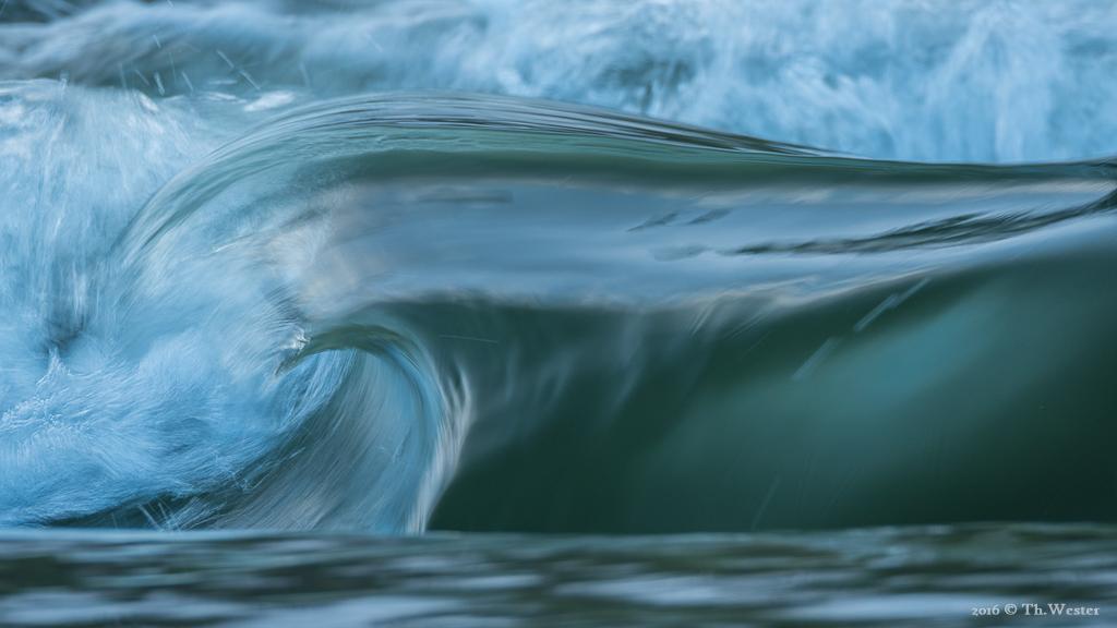 An Stromschnellen bauen sich mitunter solche Wellen auf, zumindest für einen kurzen Augenblick (B445)