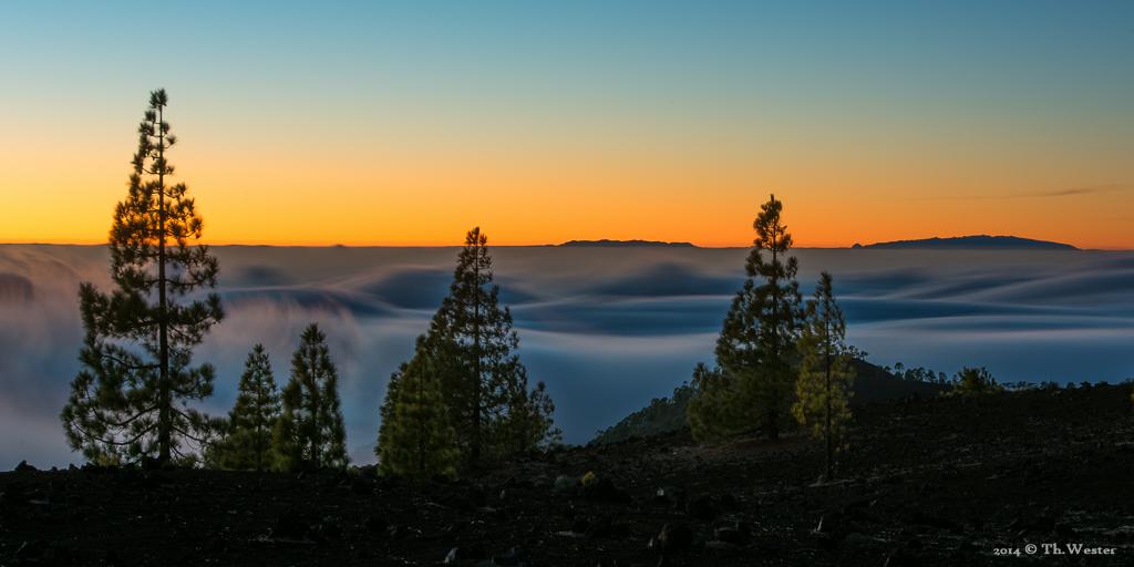 Oben erstmal angekommen, ist es ein Erlebnis über der Wolkendecke den Sonnenuntergang anzuschauen: hier mit Blick Richtung La Gomera und La Palma.Es handelt sich um eine Langzeitaufnahme, um den Fließeffekt zu verdeutlichen (B239)
