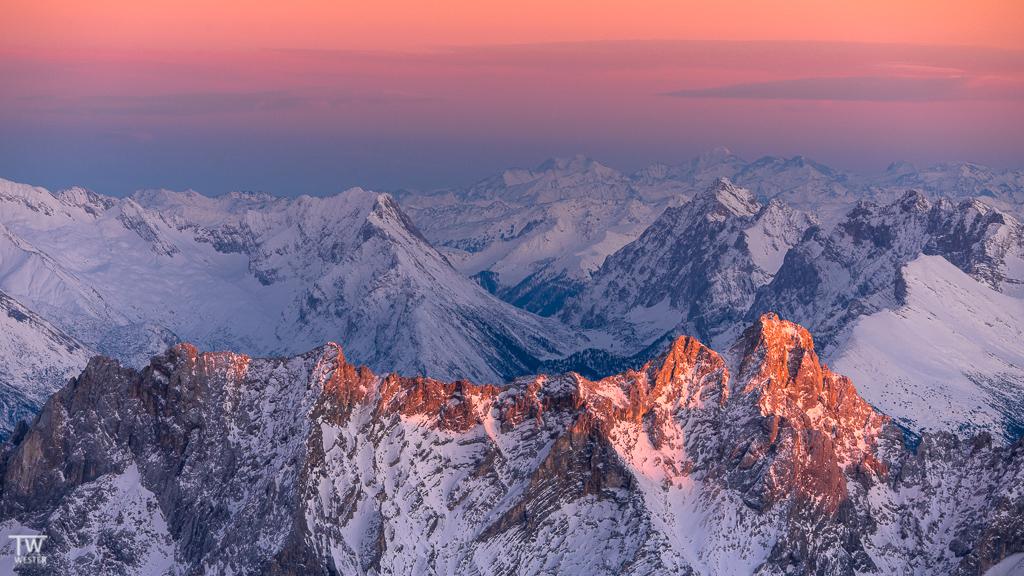 Kurz vor Sonnenuntergang leuchten noch einzelne Gipfel… (B1540)