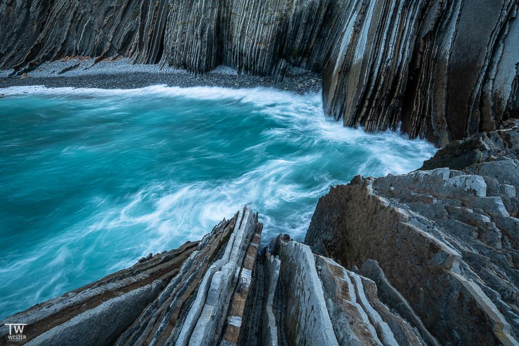 Meterhohe Wellen brechen auf die Flyschgesteine des Geoparks… (B1888)