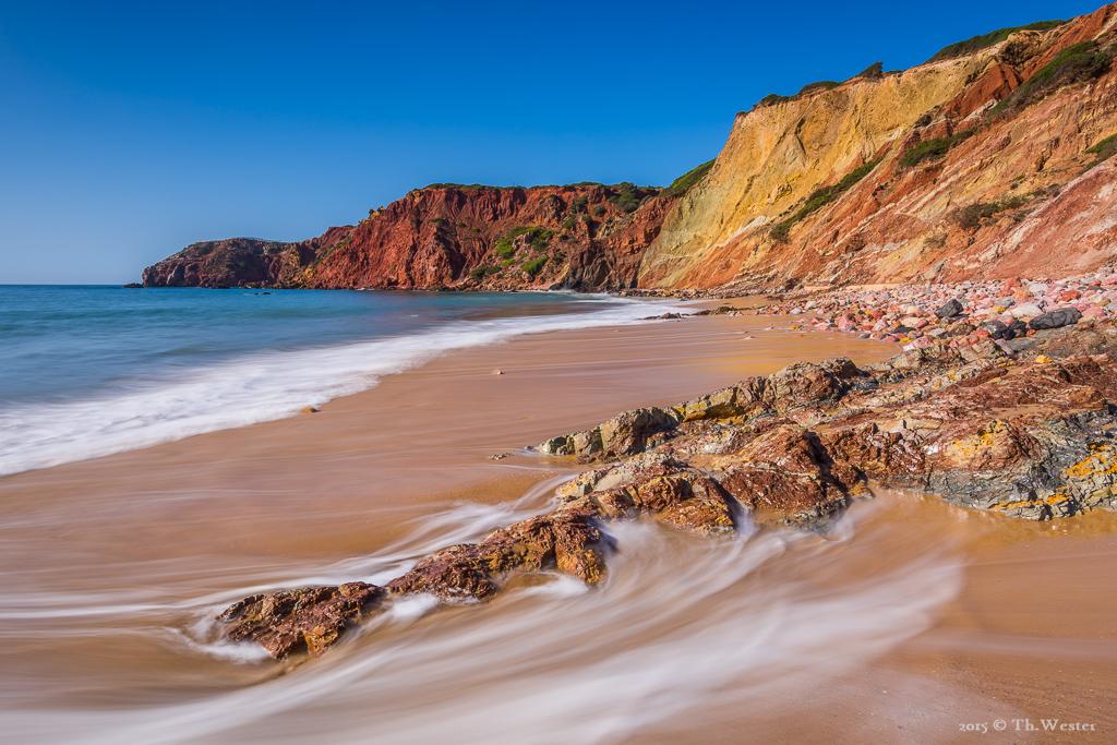 Dieser Strand zeigt die Farbvielfalt des Gesteins an der Algarve, was ich in der Langzeitbelichtung versuchte, festzuhalten (B377)