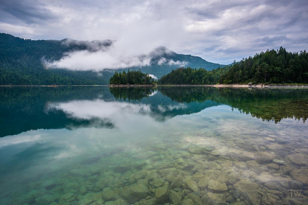 Bei der Wetterlage waren die Bergseen immer wieder Wolken verhangen (B1046)