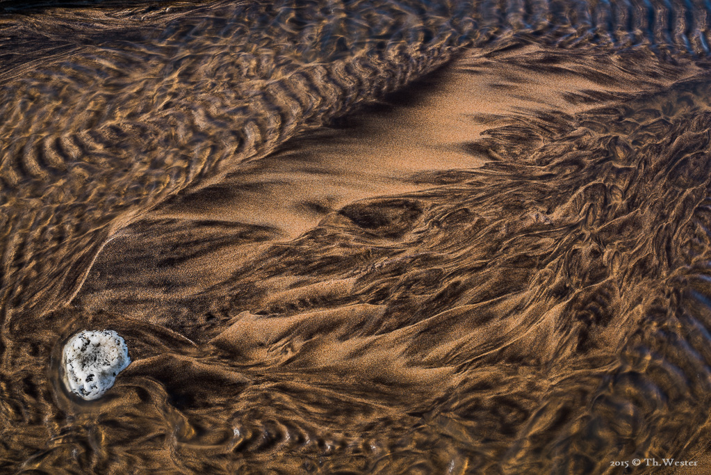 Diese unfassbaren Sandstrukturen ergaben sich nach zweitägigen, starken Regenfällen: es entstehen an den Schneisen der Felsküsten kleine Bäche, die über den Strand zum Meer fließen (B367)