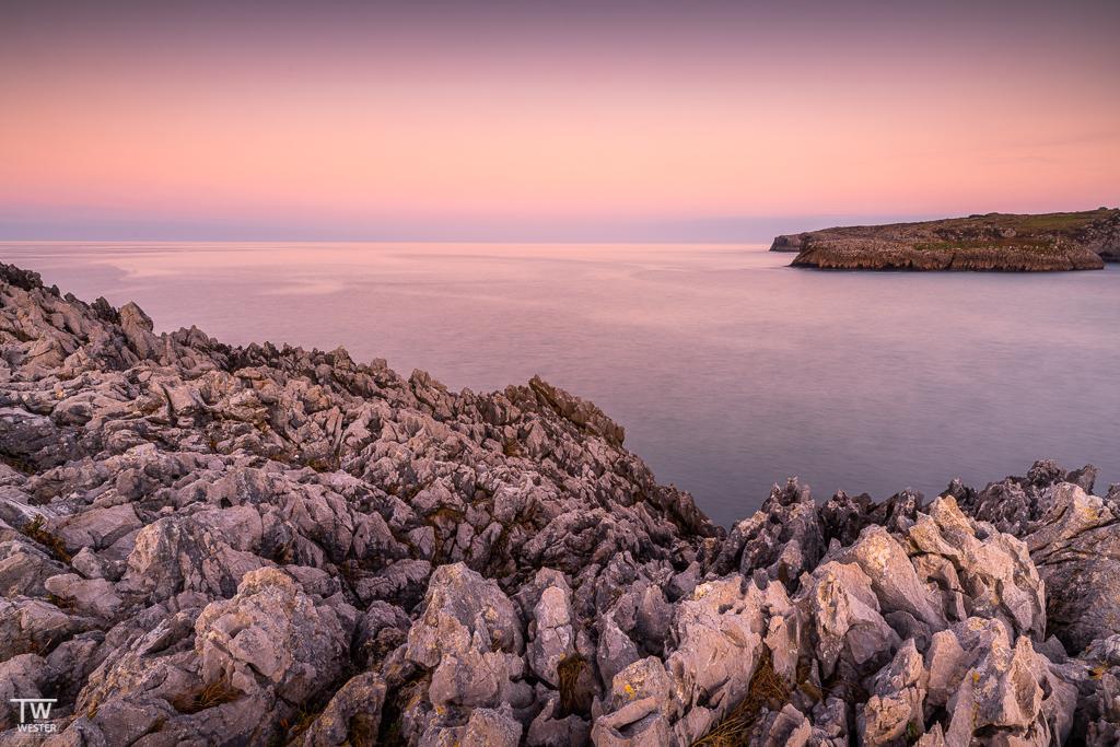 Weiter im Osten Asturiens stößt man häufig auf Küstenabschnitte, die von messerscharfe Felsspitzen bedeckt sind…faszinierend anzuschauen, aber gleichzeitig muss man beim Kraxeln etwas mehr aufpassen als sonst üblich… (B1869)