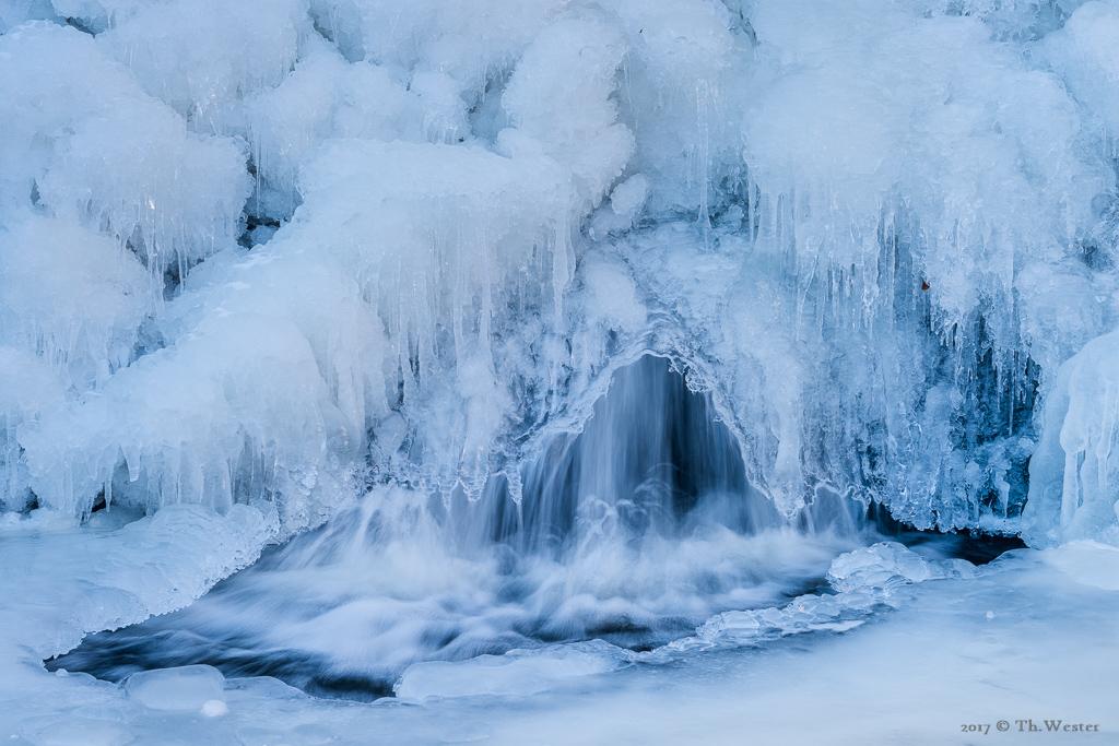 Selbst dieser kleine Wasserfall fror fast komplett zu (B891)