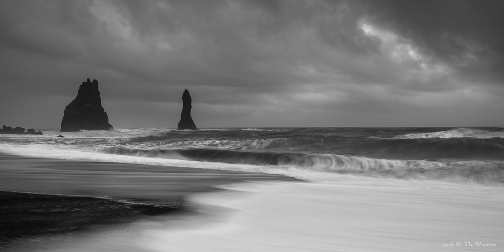 """Vor der Küste von Vik befinden sich drei schwarze """"Felsnadeln"""", hier zwei davon. Laut einer isländischen Legende versuchten Trolle ein Schiff an Land zu bringen und wurden dabei versteinert (B832)"""