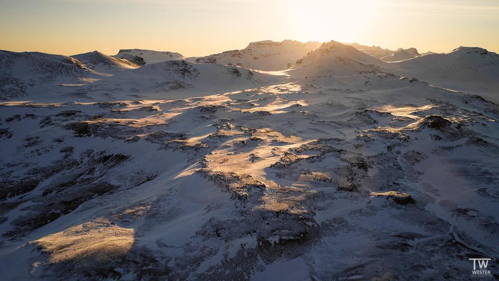 An einem sehr kalten Morgen (circa -8°C) entstand dieses Bild: ich ging am Fuße des Berges entlang und hatte eigentlich keine gute Aussicht – die Drohne jedoch schon... (B1216)