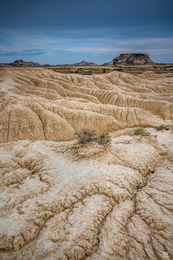 """Auch abseits gibt es viele spannende Strukturen aus Lehm, Sand- und Kalkgestein. Das Areal ist laut Wikipedia """"ein Sediment eines urzeitlichen Meeres, welches durch die tektonische Hebung der iberischen Halbinsel verlandete"""". Spannend! (B1820)"""