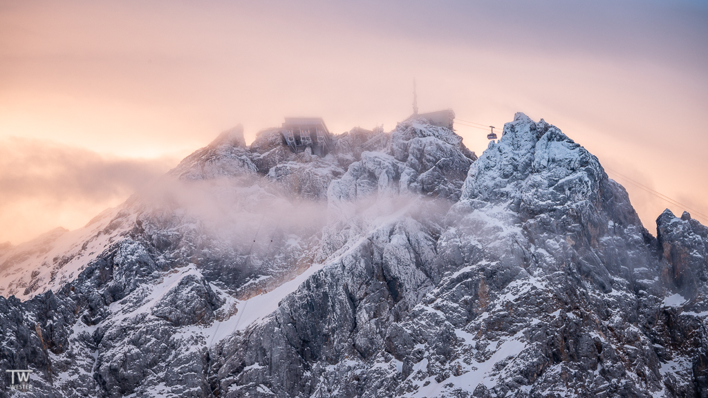 Und so sieht es auf der Zugspitze aus. Die Gondel zeigt die nach Österreich fahrende Tiroler Zugspitzbahn. Unten links sieht man ansatzweise die Seile der neuen Eibseebahn und oben die Aussichts-Plattformen (B1533)