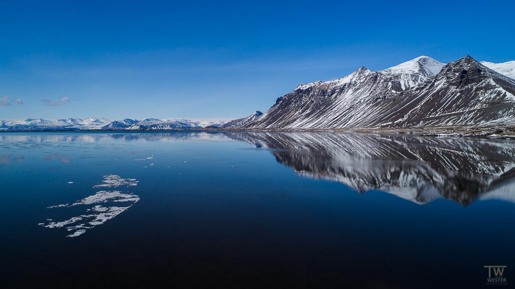Da das Ufer zugefroren war, flog ich über die noch offene Stelle des Sees, um dieses Panorama einzufangen (B947)