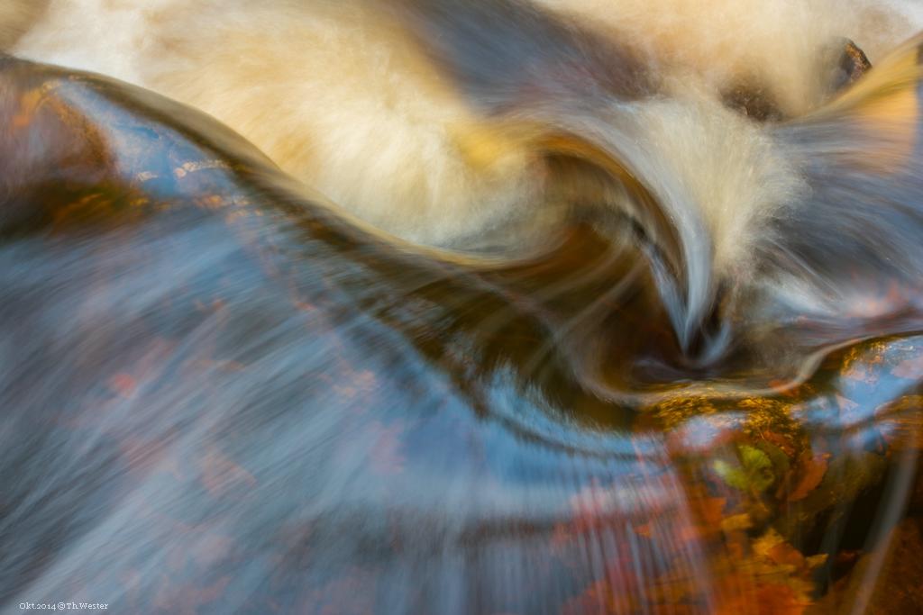 Farben und Formen im fließenden Wasser fange ich immer wieder gerne ein (B210)