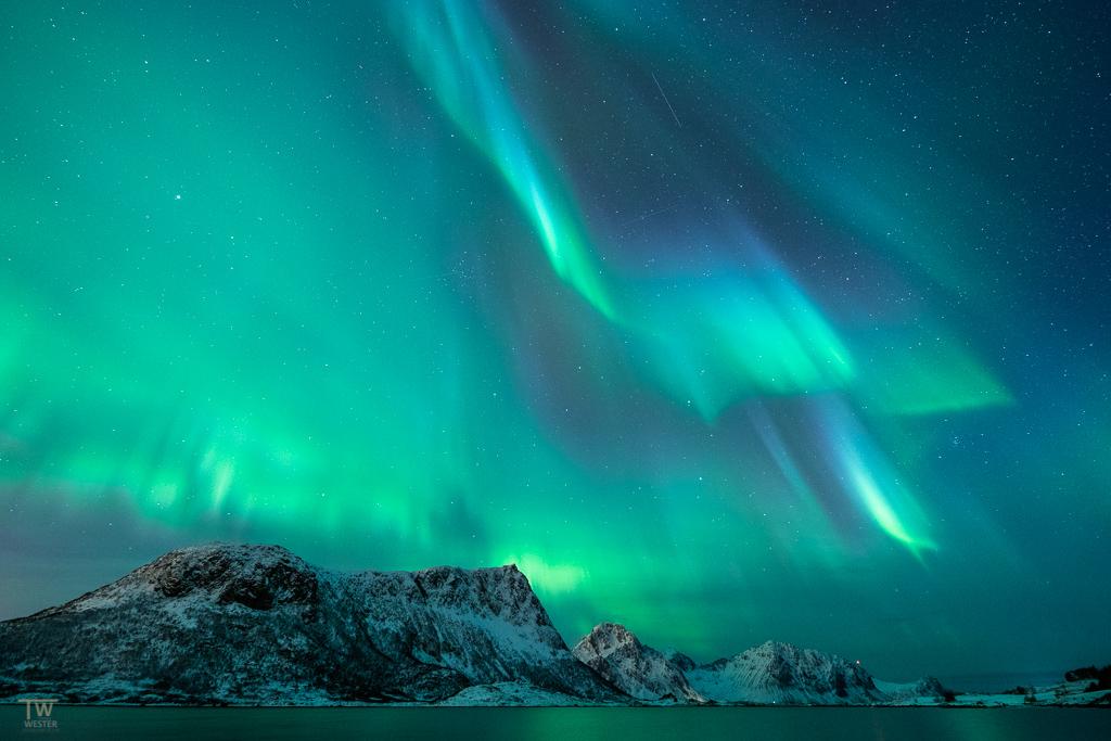 Dieses kräftigere Polarlicht erinnerte mich an einen Blitzeinschlag, nur dass es vor Ort keinesfalls bedrohlich aussah… (B1293)