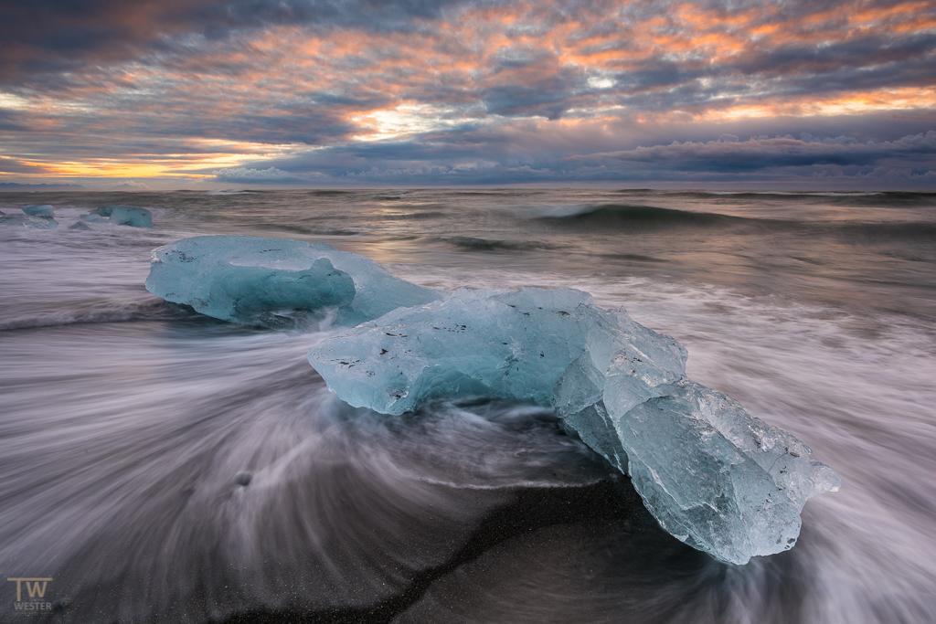 """Wunderschöner Sonnenaufgang am Diamond Beach: diese Eisblöcke hatten zwar ein paar dunkle Einschlüsse und waren nicht """"lupenrein"""" transparent, """"but that`s nature"""" (B1219)"""