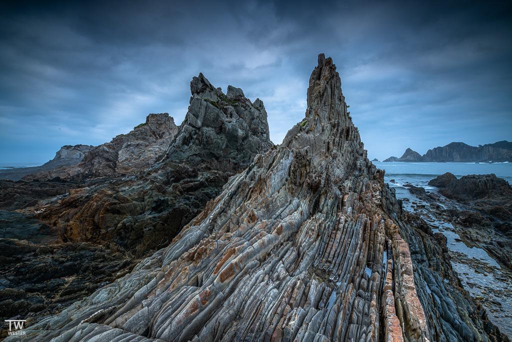 Die Flysch Gesteinsformationen dieses Strandes faszinierten mich bereits 2016 (B1797)