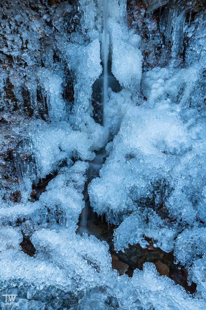 Selbst aus den kleinsten Wasserfällen entstehen große Eisgebilde (B1240)