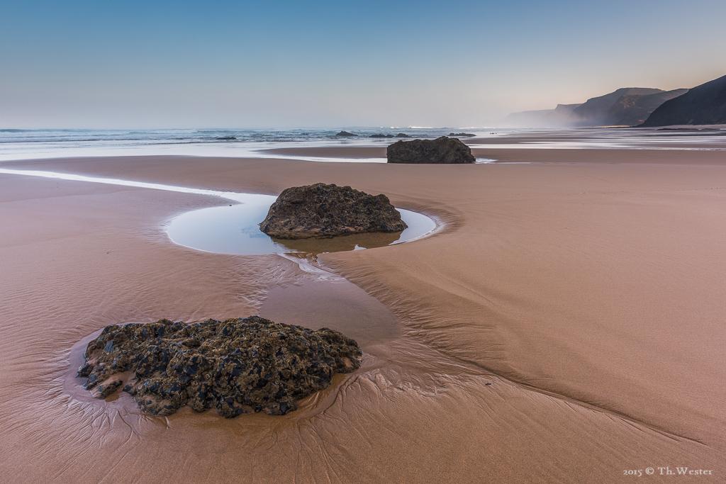 Bei stärkerer Ebbe zeigen sich viele Stein- und Sandstrukturen, die ansonsten verborgen bleiben (B391)