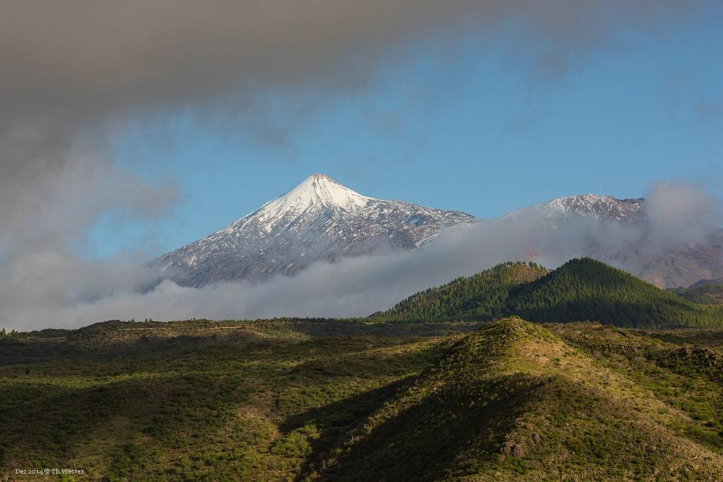 Auf dem Weg in die Berge lichtet sich immer wieder die Wolkendecke und der Teide erscheint für einen kurzen Augenblick (B240)
